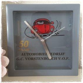 Logo op klok