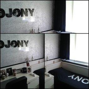Djony op de muur en op bed